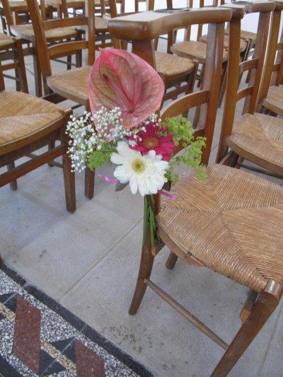 bouquet sur chaise d 39 glise bienvenue dans mon jardin secret. Black Bedroom Furniture Sets. Home Design Ideas
